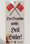 ENREGISTTRER-Emailleplakat,_Hitlergruß,_breit.png