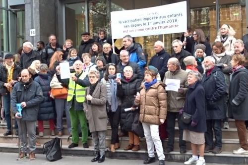 22 nov 2019 Fourtillan sa femme et des sympathisants manifestent devant le ministère.jpg