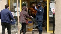 alliance typique : un antre du grand capital totalitaire tueur de petit commerce protégé par la forcede la flicaille à son service - Italie mars 2020.JPG