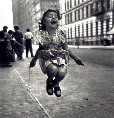 Enfant-Fille-et-la-corde-a-sauter-par-Lester-Talkington-en-1950.jpg